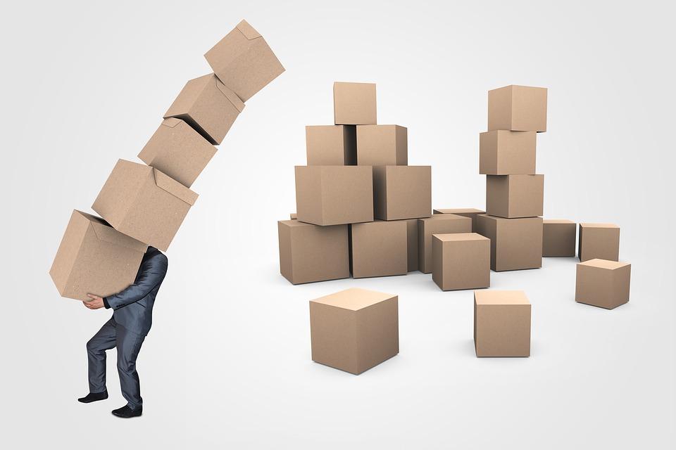 člověk s krabicemi